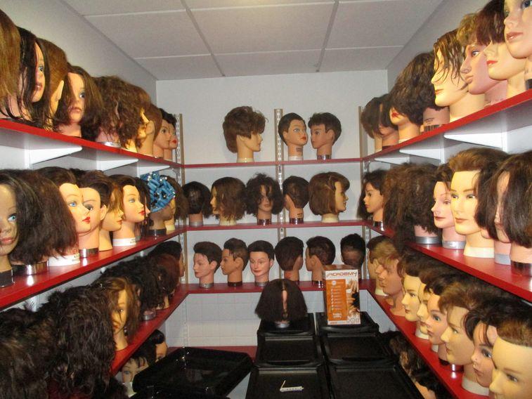 Les têtes malléables du salon de coiffure du Lycée