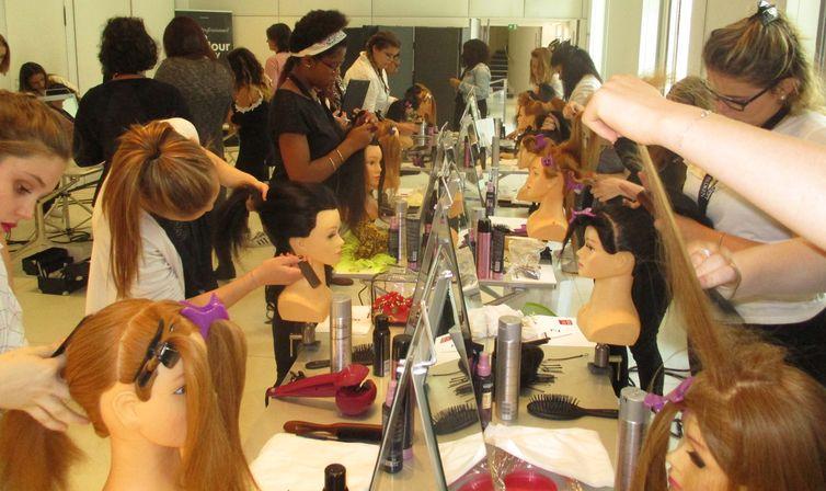 Concours L'Oréal 2017 à l'Académie L'Oréal, rue Royale à Paris : l'épreuve du chignon.